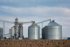 Élévateur à grains dans la zone agricole Grenier avec le matériel mécanique pour recevoir, nettoyage, séchant, expédition de grai image libre de droits