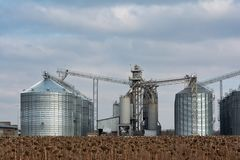Élévateur à grains dans la zone agricole Grenier avec le matériel mécanique pour recevoir, nettoyage, séchant, expédition de grai photographie stock libre de droits