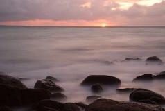 Élévation de Sun sur le compartiment d'Anse de brick (Normandie) images stock