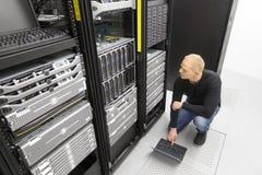 Él consultor que trabaja con los servidores de la cuchilla en datacenter Foto de archivo
