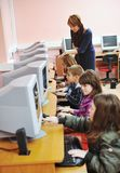 Él educación con los niños en escuela Fotografía de archivo