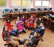 Él educación con los niños en escuela Foto de archivo
