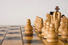 Él está jugando a ajedrez foto de archivo