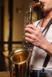 Él le gusta improvisar en su saxofón Foto de archivo libre de regalías