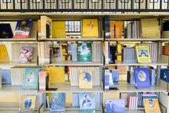 Él los estantes recoge historias del gran rey Bhumibol Rama IX Fotografía de archivo