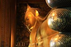 Él oro cubrió a Buda de descanso en Wat Pho en Bangkok, Tailandia Foto de archivo