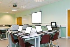 ÉL pantallas de ordenador en blanco de la sala de clase Fotografía de archivo libre de regalías