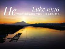 Él que le oye me oye las palabras del diseño de dios para el cristianismo con el fondo de la salida del sol foto de archivo