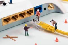Él servicios de asistencia trabajadores que reparan la conexión a internet imagenes de archivo
