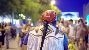 Él sirve música del indio de los juegos El músico de la calle juega en la ciudad de la noche al transeúnte almacen de metraje de vídeo