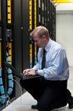 ÉL técnico con el equipo de red y la computadora portátil foto de archivo libre de regalías