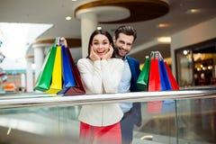 Él tiempo del ` s para hacer compras y la diversión Feliz acertado alegre lindo Fotografía de archivo libre de regalías