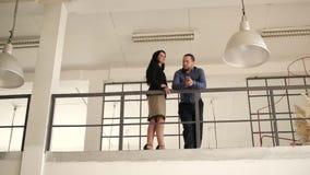Él y ella están en el balcón almacen de metraje de vídeo