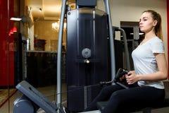 Élaboration blonde de jeune forme physique à un centre de sports image stock