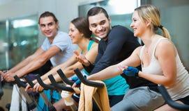 Élaboration de groupe du recyclage dans le centre de fitness Photos libres de droits