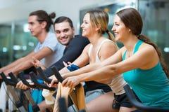 Élaboration de groupe du recyclage dans le centre de fitness Photographie stock