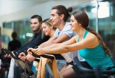 Élaboration de groupe du recyclage dans le centre de fitness Photographie stock libre de droits
