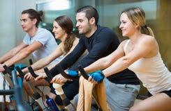 Élaboration de sourire de groupe du recyclage dans le centre de fitness Images libres de droits