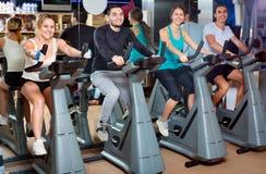 Élaboration positive de groupe du recyclage dans le centre de fitness Photographie stock
