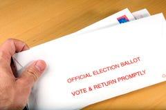 Électeur recevant le vote dans le courrier Images libres de droits