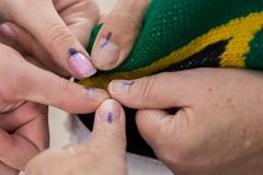 Électeurs montrant leurs pouces marqués après vote dans les élections nationales sud-africaines photos stock