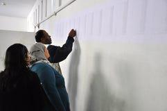 Électeurs recherchant leurs noms sur la liste Image stock