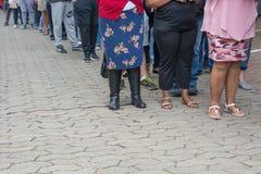 Électeurs se tenant dans la ligne au bureau de vote - élection nationale sud-africaine photographie stock libre de droits