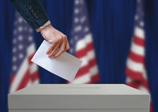 Élection aux Etats-Unis d'Amérique L'électeur tient le vote ci-dessus disponible de vote d'enveloppe photos libres de droits