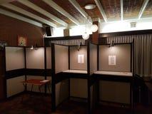 Élections Pays-Bas 2018 de référendum : bureau de vote avec des cabines pour le vote image libre de droits