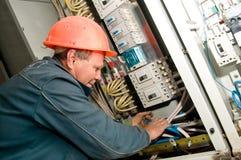 Électricien à installer le travail photo libre de droits