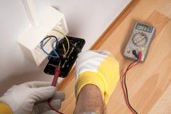 Électricien au travail Photographie stock libre de droits