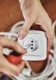 Électricien avec la prise Photos libres de droits