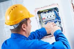 Électricien avec la réparation de tournevis commutant le déclencheur électrique dans la boîte de fusible photo libre de droits