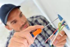 Électricien avec le câblage exposé photographie stock