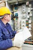 Électricien avec le dessin au cadre de ligne électrique Photographie stock libre de droits