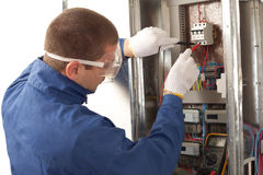 Électricien contrôlant le mètre d'énergie Photo libre de droits