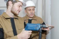 Électricien de stagiaire apprenant le commerce Photo stock