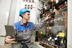 Électricien heureux travaillant au cadre de ligne électrique Photographie stock