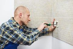 Électricien installant des prises murales photo stock