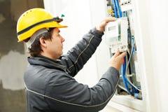Électricien installant le mètre économiseur d'énergie photo libre de droits