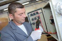 Électricien installant le panneau électrique Images stock
