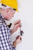 Électricien installant un commutateur photo stock