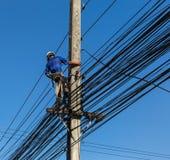 Électricien réparant le fil de la ligne électrique Image libre de droits