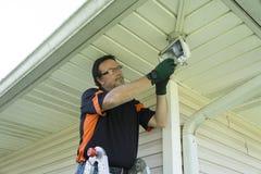 Électricien Taking Defective Bulb hors d'appareil d'éclairage d'extérieur Photos stock