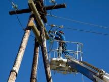 Électricien travaillant au pôle de ligne électrique Photos stock