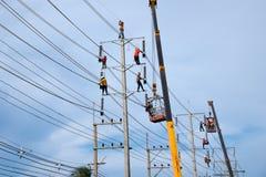 Électricien travaillant au poteau électrique Images libres de droits