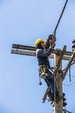 Électricien travaillant au poteau de l'électricité Photo libre de droits