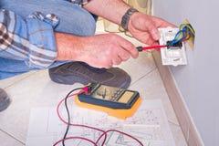 Électricien travaillant dans l'usine électrique Image libre de droits