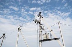 Électricien Wiring Cable sur la ligne électrique Le concept de l'électricité, se ferment vers le haut de la station à haute tensi photos libres de droits
