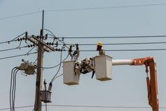 Électriciens sur une grue Photos stock